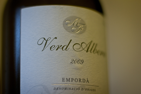 Closeup of the elegant label of a bottle of Verd Albera from The Wine Society: minimal typography on a textured plain label