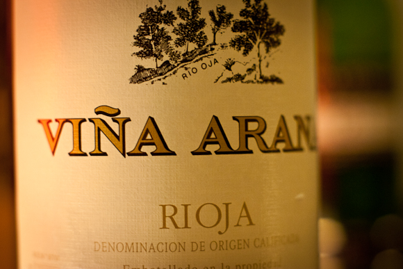 Macro photo of the label of a bottle of Vina Arana Rioja